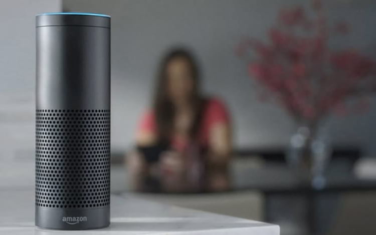 Amazon promete consertar riso assustador da assistente Alexa.
