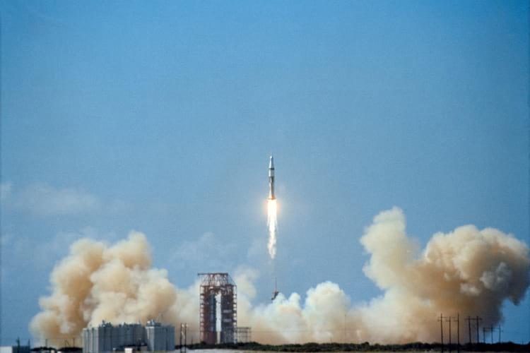 O lançamento bem sucedido do Apollo 7, em outubro de 1968, para testar o módulo de comando, preparou o caminho para um traço para a Lua