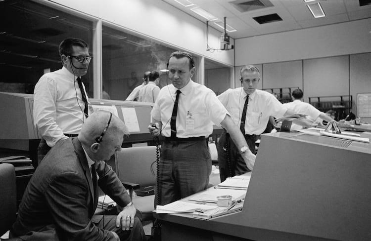 Chris Kraft, centro, durante a missão Gemini 6