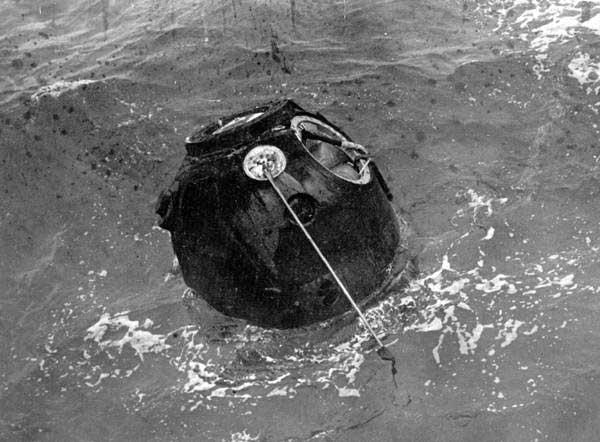 A nave espacial soviética Zond 5 é puxada do Oceano Índico após o seu voo circumlunar em 1968