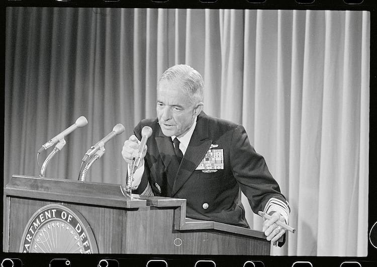 Sem largar o charuto o almirante John S. McCain Jr., comandante dos EUA no Pacífico, fala com a mídia