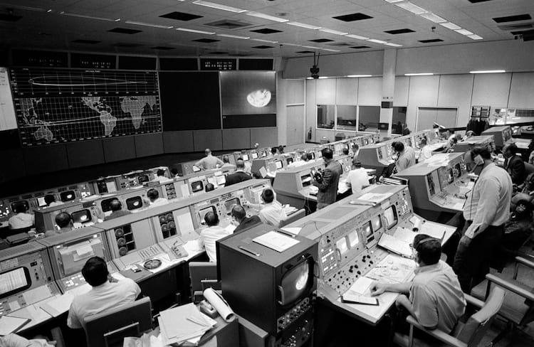 Visão geral da Sala de Controle das Operações da Missão no Centro de Controle da Missão, Edifício 30, no terceiro dia da missão da órbita lunar Apollo 8.