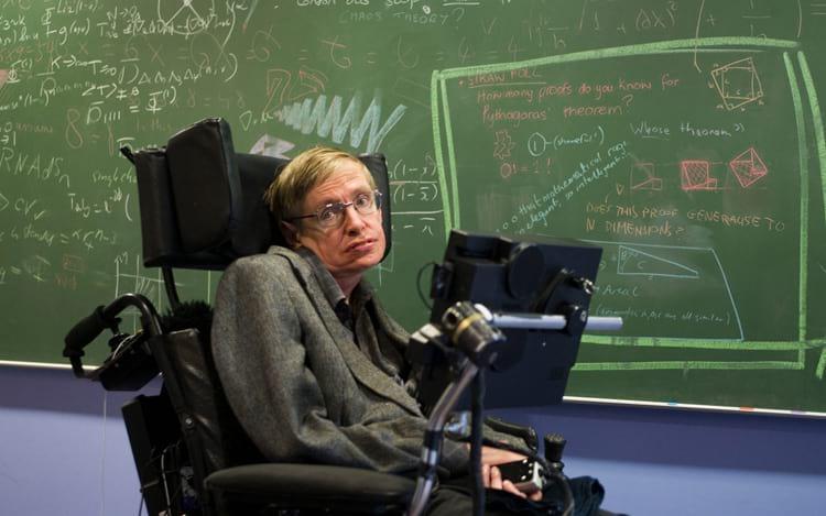 Com a falta de movimentos das mãos, Hawking conseguia fazer cálculos complexos apenas com a mente