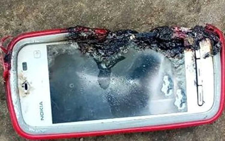Jovem morre após explosão de aparelho antigo da Nokia.