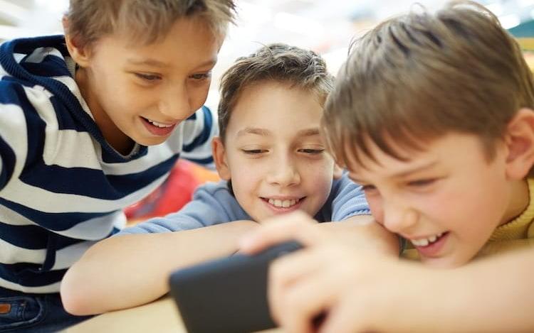 Pesquisa diz que milhares de apps Android violam privacidade infantil.
