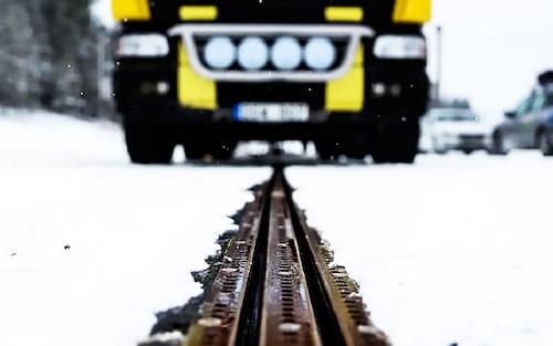 Suécia inaugura primeira estrada elétrica que carrega carros enquanto eles andam