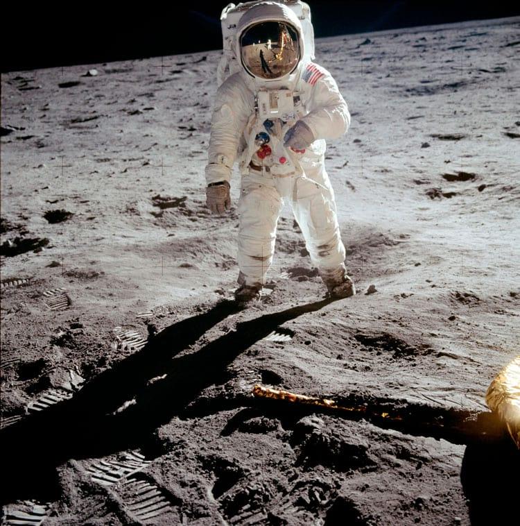 Esta foto de Buzz Aldrin no Mare Tranquillitatis é uma das imagens mais emblemáticas de todos os tempos. Visível na viseira de Aldrin é o reflexo de Neil Armstrong tirando a foto