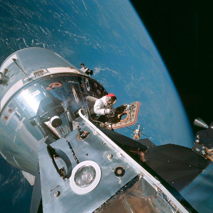 Dave Scott espreita a cabeça para fora do módulo de comando durante o voo da Apollo 9