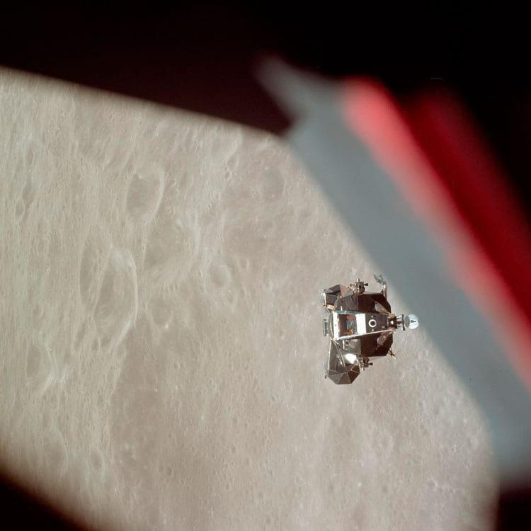 O estágio de subida do Módulo Lunar da Apollo 10 é fotografado a partir do Módulo de Comando antes da ancoragem na órbita lunar