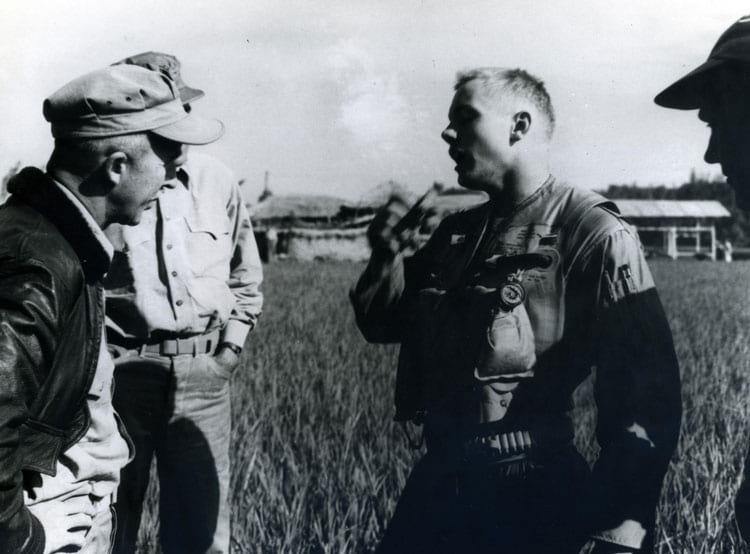 Neil Armstrong pouco depois de ejetar com segurança de um F9F Panther em 1951