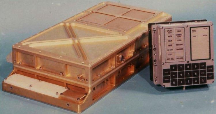 """Um dos Apollo Guidance Computers, que forneceu computação e interfaces eletrônicas para orientação, navegação e controle. O computador real está à esquerda, e o """"DSKY"""" (display e teclado, pronunciado """"dis-key"""") está à direita"""