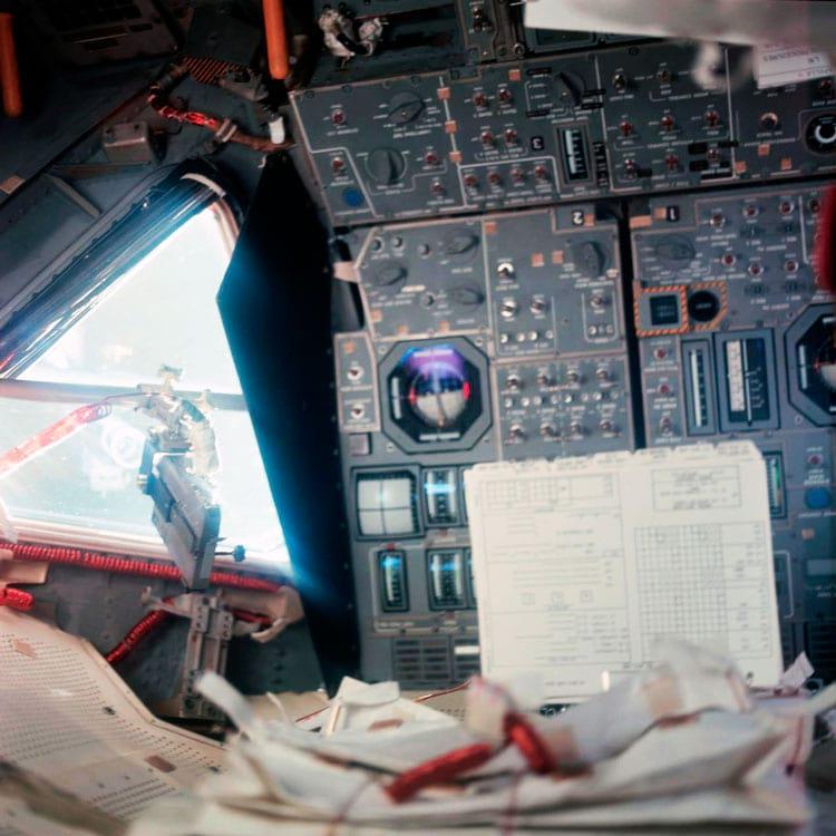 Uma visão interna do Apollo 11 Lunar Module mostrando alguns dos displays e controles de Armstrong. Sua janela está à esquerda