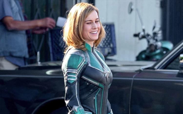Brie Larson granvando Capitã Marvel.