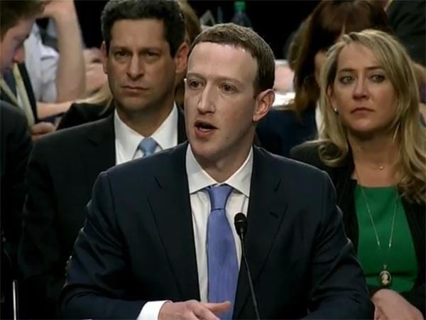 Dono do Facebook dando depoimento ao Congresso.