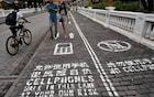 China inaugura calçada para quem gosta de caminhar olhando para o smartphone