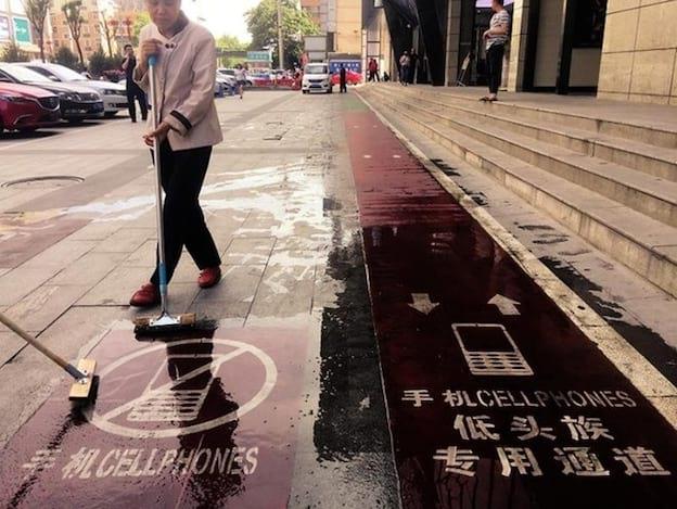 Calçada destina para pedestres que usam seus celulares enquanto caminham.