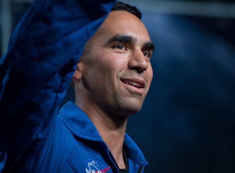 O astronauta indi-americano é apresentado como um dos 12 novos astronautas de sua classe