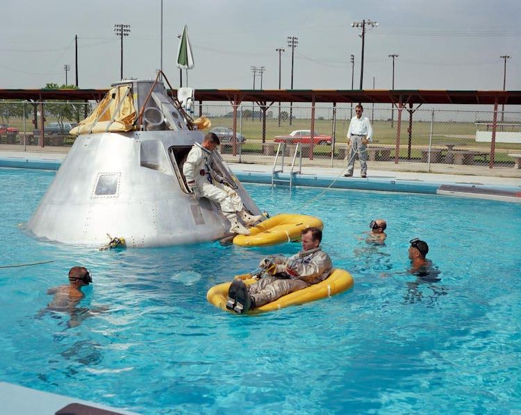 Entre as atividades em Houston estava a prática de procedimentos de saída da água. Aqui, a tripulação da Apollo 1 faz treinamentos em junho de 1966.