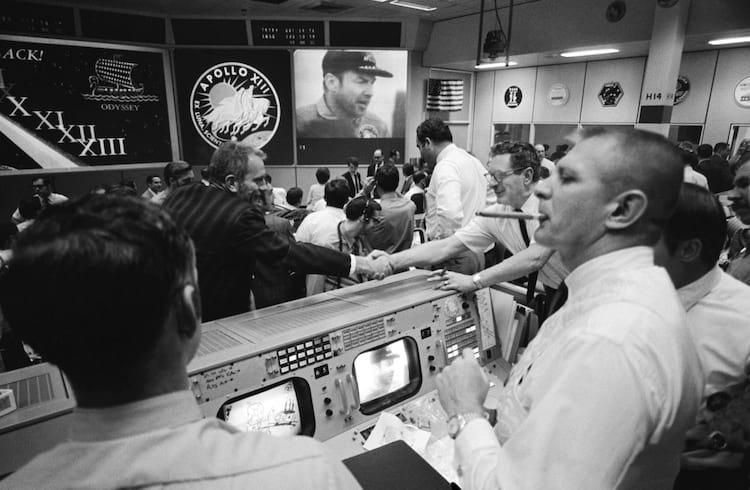 Apollo 13, abril de 1970: Uma visão de Gene Kranz no Controle da Missão após o mergulho da Apollo 13, no qual a tripulação teve que fazer um retorno abortado à Terra depois de perder seus tanques de oxigênio.
