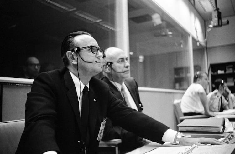 Chris Kraft, à esquerda, e Robert Gilruth monitoram o lançamento da Apollo 5 em 1968.