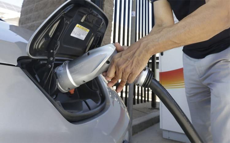 Carregamento em carros elétricos. (Foto: Rich Pedroncelli/Associated Press)