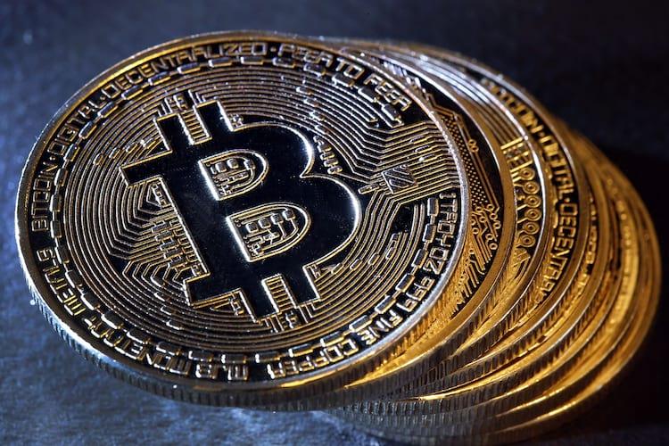 A bolha estourou? Valor do Bitcoin despenca 70% seis meses após pico. Futuro da moeda ainda é incerto.