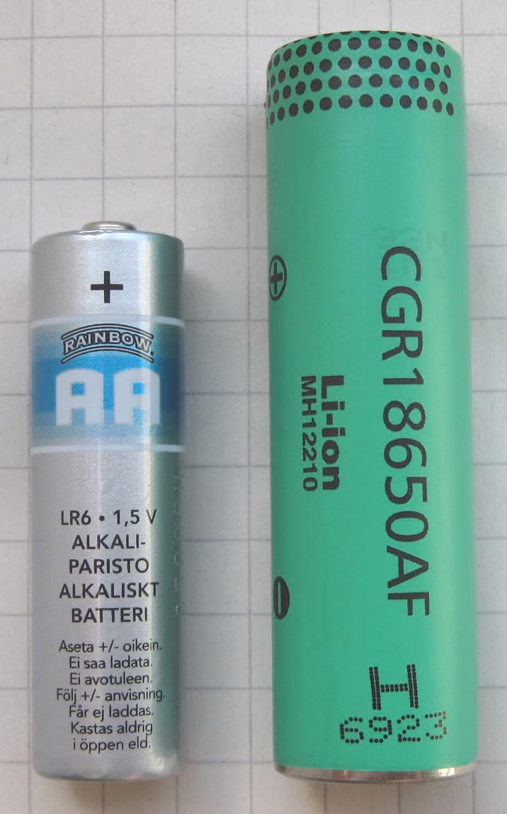 Comparação entre uma pilha AA normal, à esquerda e uma das 7.104 células que carrega um Model S