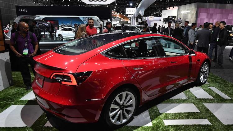 Tesla Model 3 em uma exibição ao público
