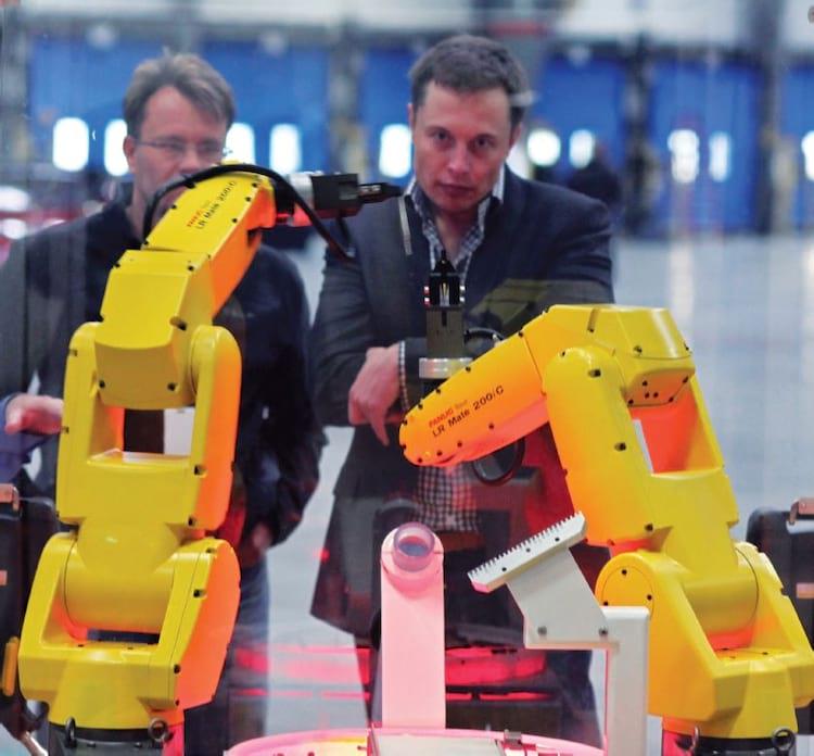 Musk observa alguns robôs trabalhando na Tesla Factory