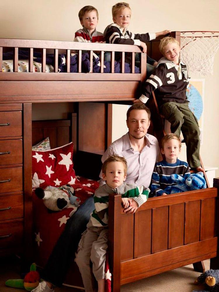 Elon com seus 5 filhos. Gêmeos nascidos em 2004 e trigêmeos, em 2006. O primeiro filho faleceu com apenas 10 dias de vida, em 2002