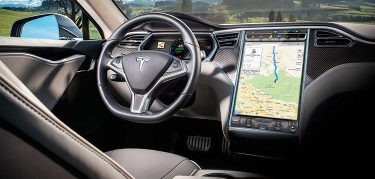 Após resolvidos os problemas, a tela de mais de 40 centímetros se tornaria um dos maiores atrativos dos Teslas