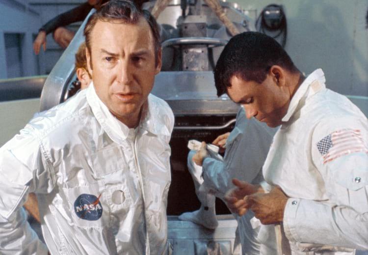 O comandante da missão James A. Lovell Jr. (à esquerda) e o piloto do módulo lunar Fred W. Haise Jr. (à direita) preparam-se para participar do treinamento de saída de água