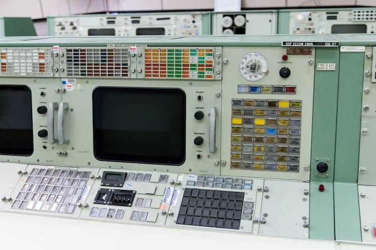 O console EECOM como existia na época, antes da restauração de 2018.