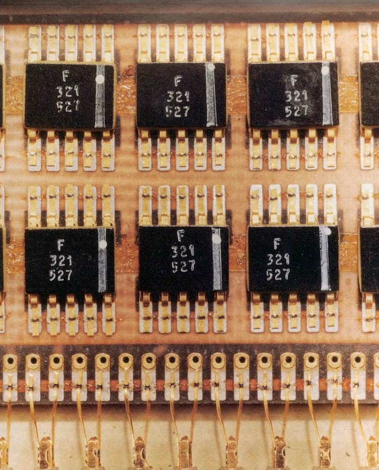 Circuitos integrados de montagem plana da espaçonave Apollo