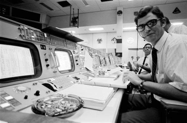 John Aaron no seu console da EECOM
