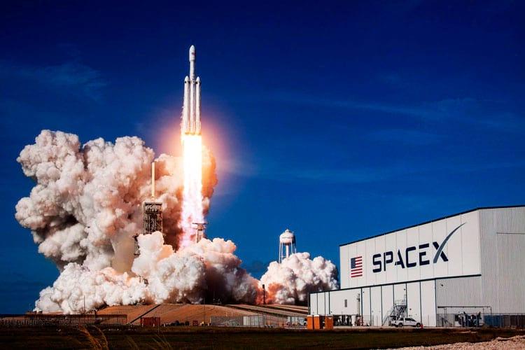 Falcon Heavy sobe pela primeira vez ao espaço