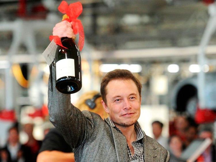 Elon resolve entrar no jogo
