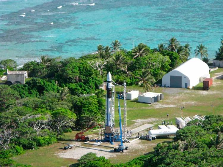 Falcon 1 em sua plataforma de lançamento na ilha de Kwajalein