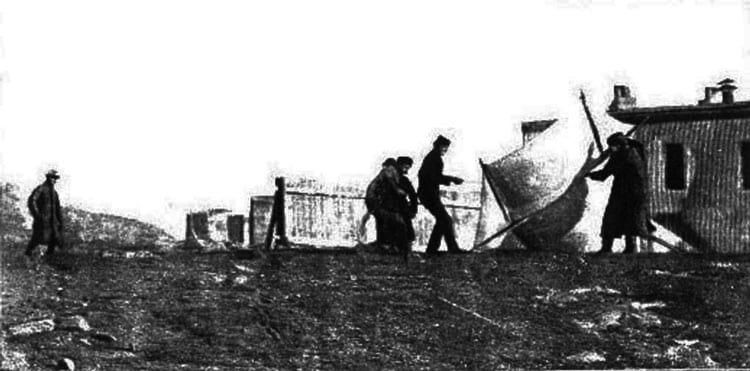 Marconi e associados levantando a antena receptora por pipa em St. John