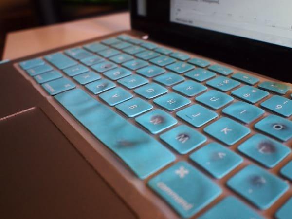 Use uma capa para teclado de notebook para evitar que molhe