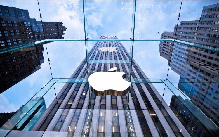 Apple se torna a primeira empresa a valer 1 trilhão de dólares.