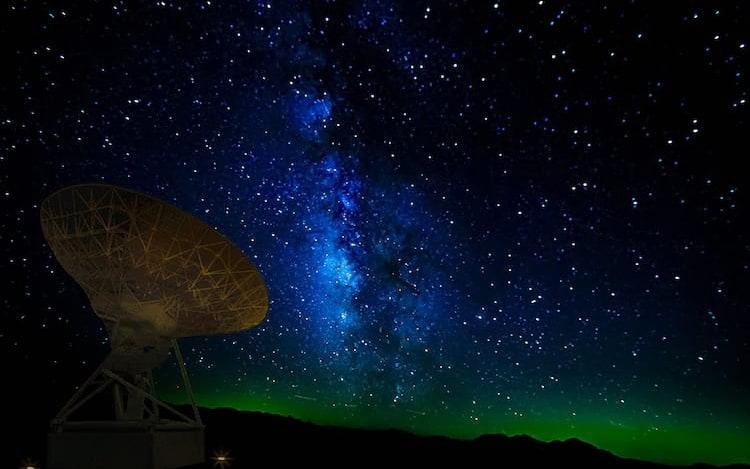 Astrofísicos detectam onda de rádio misteriosa no espaço.