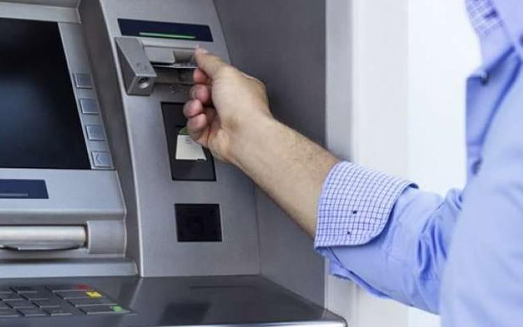Cibercriminosos instalam software malicioso em caixas eletrônicos e conseguem pegar muito dinheiro em pouco tempo.