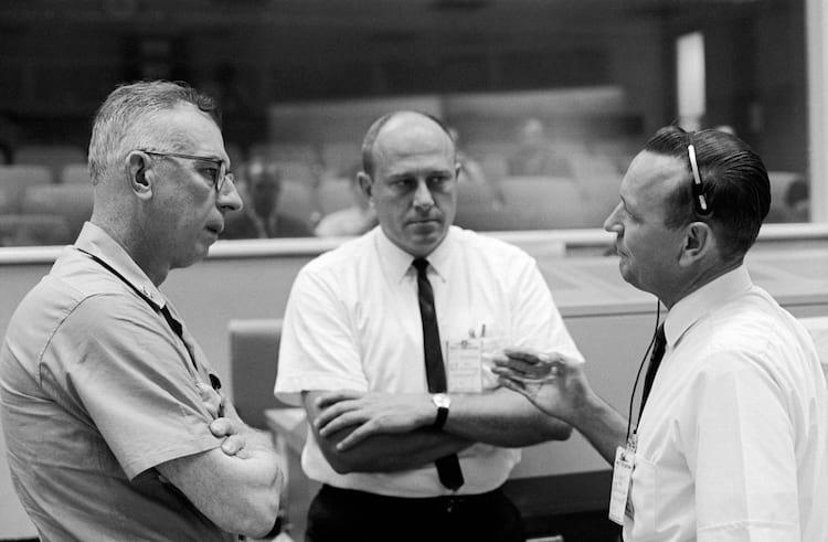 Em 1965, o contra-almirante W.C. Abhau (à esquerda), é mostrado no Centro de Controle da Missão com Bob Thompson (centro) e Chris Kraft, diretor de vôo da Gemini-5.