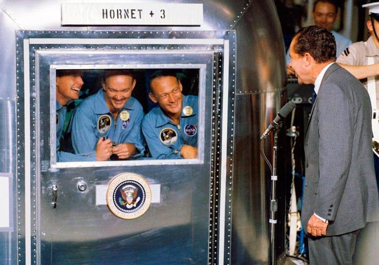 O presidente Richard M. Nixon estava na área central de recuperação do Pacífico para receber os astronautas da Apollo 11 a bordo do navio USS Hornet, o principal navio de recuperação da histórica missão de pouso lunar Apollo 11