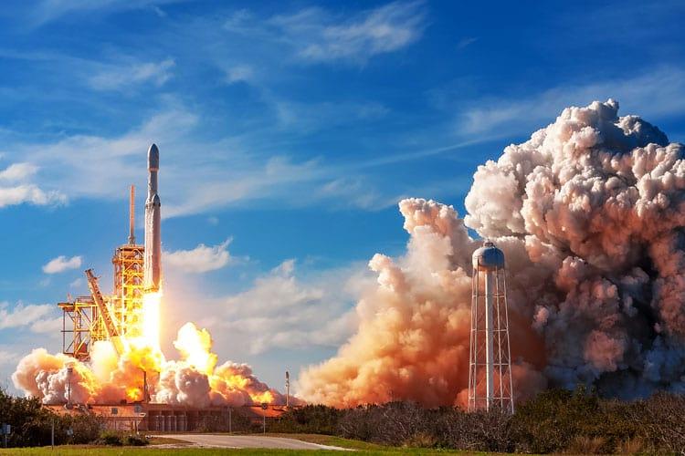 O foguete Falcon Heavy decola 6 de fevereiro com todos os seus 27 motores funcionando 100%