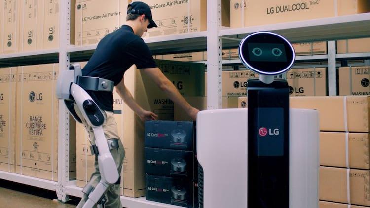 LG desenvolve robô que auxilia trabalho humano em fábricas.
