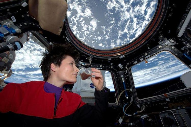 Samantha Cristoforetti, a primeira mulher italiana em órbita, depois de preparar o primeiro expresso no espaço.