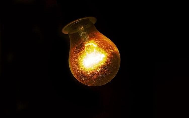 Nova tecnologia que transmite internet via luz começa a ser testada em escritório.