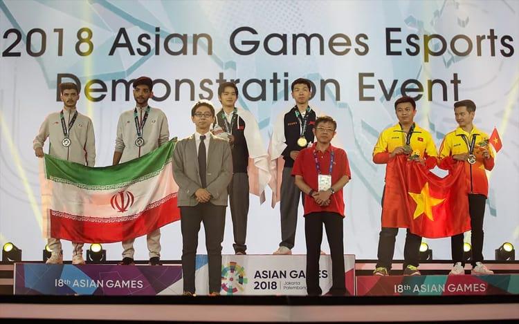 Medalhistas no evento de demonstração Pro Evolution Soccer 2018 nos Jogos Asiáticos de 2018. (Foto: Yifan Ding/Getty Images)